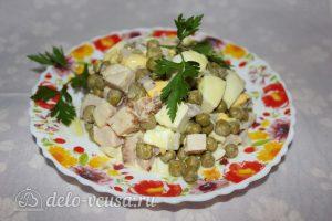 Салат с копченым мясом и горошком готов