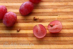 Салат с виноградом, сыром и чесноком: Нарезать и очистить виноград