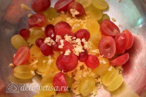 Салат с виноградом, сыром и чесноком: Смешать ингредиенты