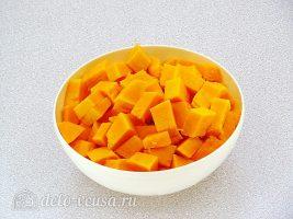 Тыквенный суп-пюре с плавленным сыром и сухариками: Нарезать тыкву