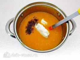 Тыквенный суп-пюре с плавленным сыром и сухариками: Добавить сыр и специи