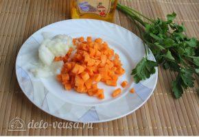 Суп с кукурузой и фрикадельками: Нарезать морковь и лук
