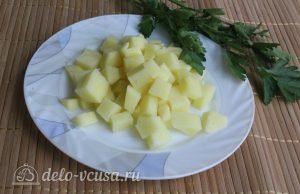 Суп с кукурузой и фрикадельками: Нарезать картофель