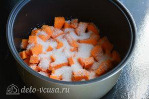 Сладкая запеченная тыква в мультиварке: Посыпать сахаром