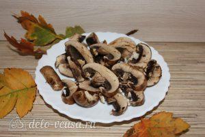 Картошка-гармошка с грибами: Нарезать грибы