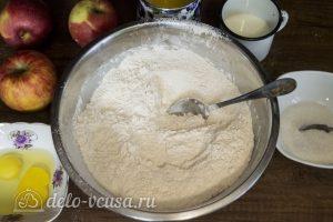 Дрожжевой яблочный пирог: Перемешать муку