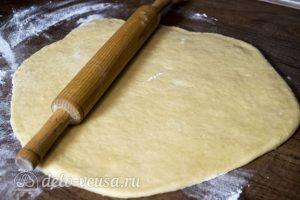 Дрожжевой яблочный пирог: Раскатать тесто