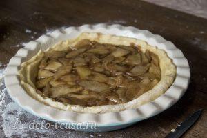 Дрожжевой яблочный пирог: Переложить в форму и собрать пирог