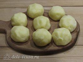 Картофельные крокеты с сыром: Сформировать шарики
