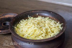 Курица с картофелем и овощами в горшочке: Посыпать тертым сыром