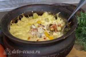Курица с картофелем и овощами в горшочке готова