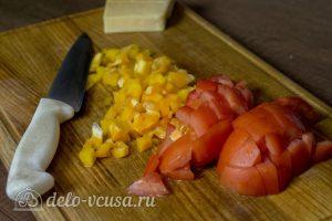 Курица с картофелем и овощами в горшочке: Нарезать перец и помидоры