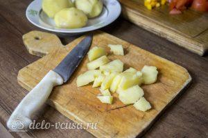 Курица с картофелем и овощами в горшочке: Нарезать картофель