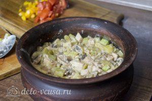 Курица с картофелем и овощами в горшочке: Сложить все ингредиенты слоями в горшок