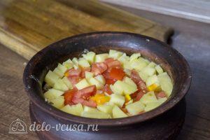 Курица с картофелем и овощами в горшочке: Добавить сверху картофель и помидоры