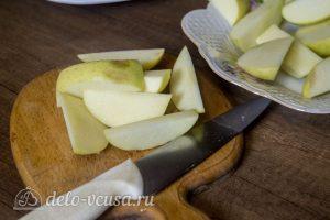 Курица, запеченная с яблоками в духовке: Нарезать яблоки