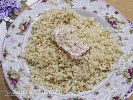 Куриные наггетсы в духовке: Покрыть филе панировкой
