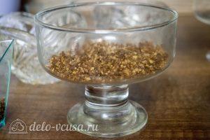 Мини-чизкейки без выпечки: Выложить крошку на дно креманки