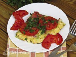 Омлет с колбасой и овощами готов