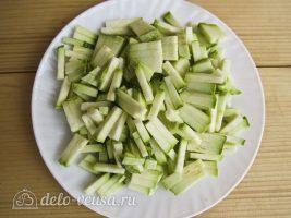 Омлет с колбасой и овощами: Нарезать кабачок