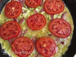 Омлет с колбасой и овощами: Выложить помидоры на омлет