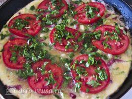 Омлет с колбасой и овощами: Посыпать зеленью