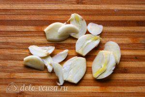 Паста с тыквой: Порезать чеснок