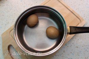 Салат Цезарь с семгой: Отварить яйца