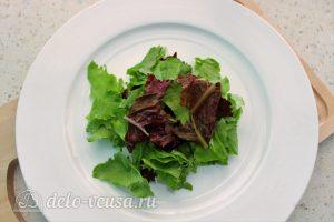 Салат Цезарь с семгой: На тарелку кладем листья салата