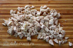 Салат Грибная поляна с шампиньонами: Нарезать вареную курицу