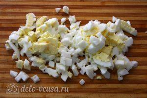 Салат Грибная поляна с шампиньонами: Вареные яйца измельчить