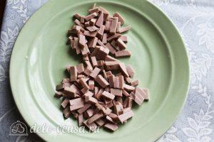 Салат Снеговик: Измельчить колбасу