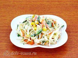 Салат из капусты с огурцами и кукурузой: фото к шагу 9.