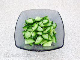 Салат из капусты с огурцами и кукурузой: фото к шагу 4.