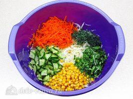 Салат из капусты с огурцами и кукурузой: фото к шагу 6.