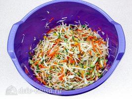 Салат из капусты с огурцами и кукурузой: фото к шагу 7.