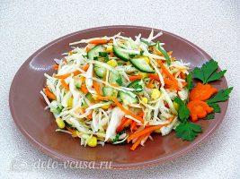 Салат из капусты с огурцами и кукурузой: фото к шагу 8.