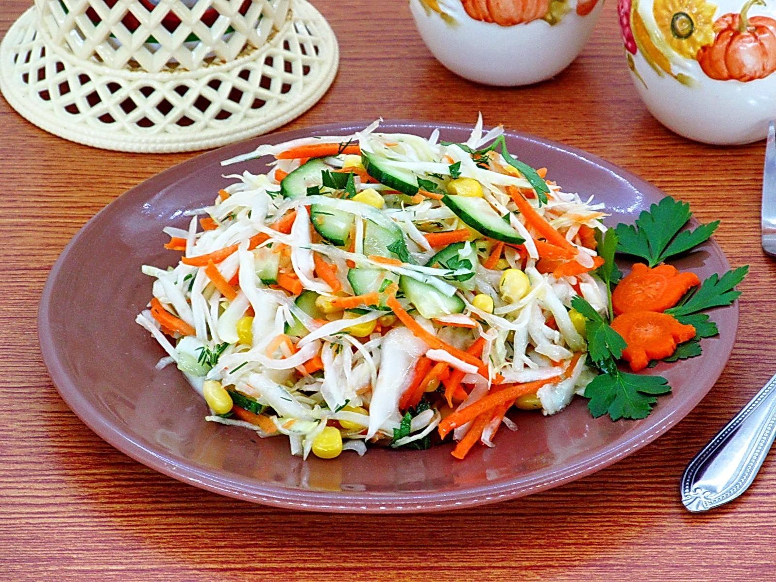 Салат из капусты с огурцами и кукурузой