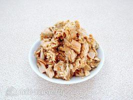 Салат из консервированного лосося с ананасами: Разделить рыбу на волокна