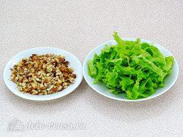 Салат из консервированного лосося с ананасами: Подготовить салат и орехи