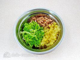 Салат из консервированного лосося с ананасами: Соединить ингредиенты