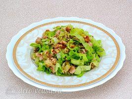 Салат из консервированного лосося с ананасами готов