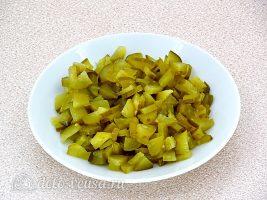 Салат из редьки с солеными огурцами: Нарезать огурец
