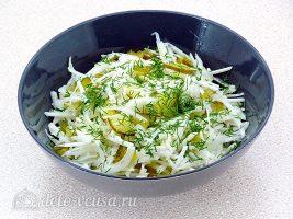 Салат из редьки с солеными огурцами: Посыпать укропом
