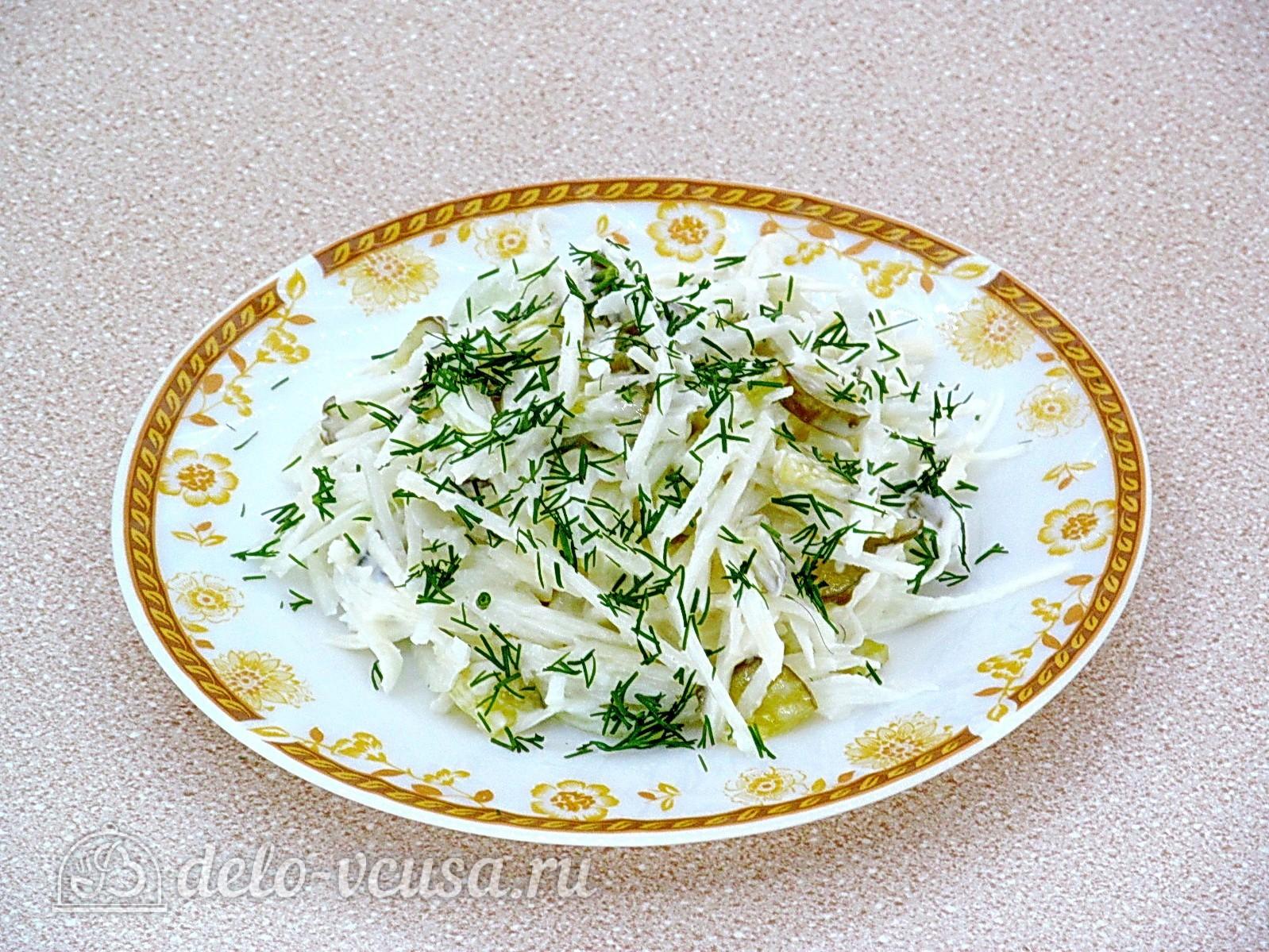 Салат из редьки с солеными огурцами готов