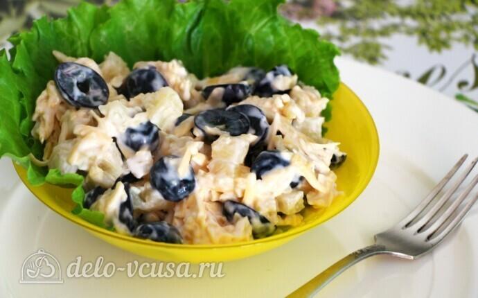 Салат с виноградом, ананасом и сыром