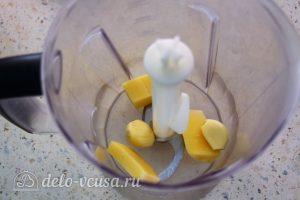 Соус Цезарь со сметаной: Измельчить сыр и чеснок