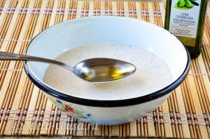 Соус Ранч с зеленью и чесноком: Добавить оливковое масло