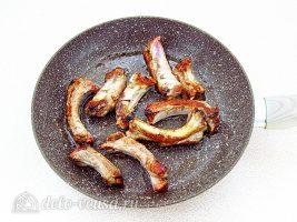 Ячменный суп со свиными ребрышками: Обжарить ребра