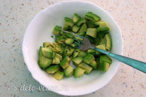 Бутерброды с авокадо и семгой: Очистить авокадо